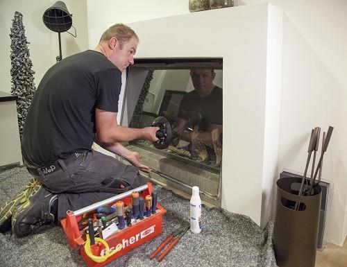 Wat doet een servicemonteur tijdens een onderhoudsbeurt?